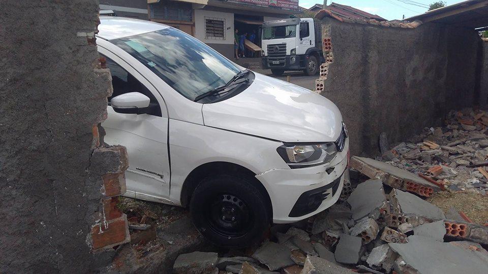 Táxi acabou colidindo contra muro de casa | Foto: Gisa Fróis / Especial / OA