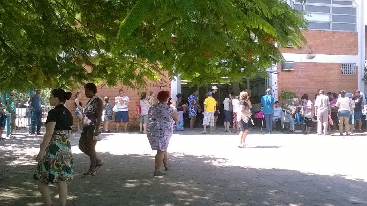 Pacientes e familiares aguardam toda a manhã para atendimento às 13h Foto: Mariú Delanhese / OA