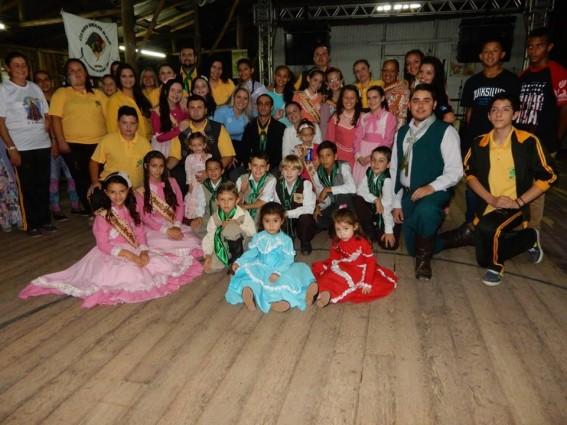 Família CPF O Tempo e O Vento juntamente com o casal de patrões Daniel e Alexandra | Foto: Arquivo Pessoal / OA