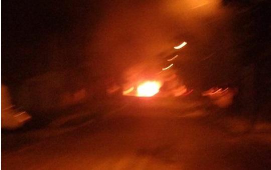 Imagem enviada por leitor mostra o momento em que o carro estava queimando | Foto: Arquivo Pessoal / OA