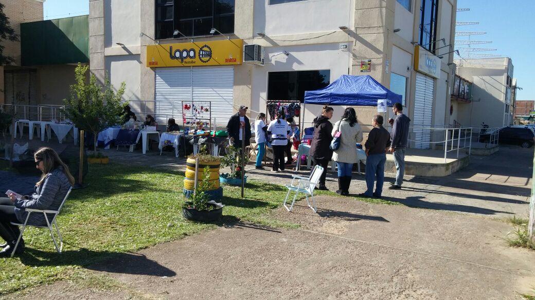 Dia de sol leva os moradores à praça em busca das novidades / Foto: Divulgação /OA