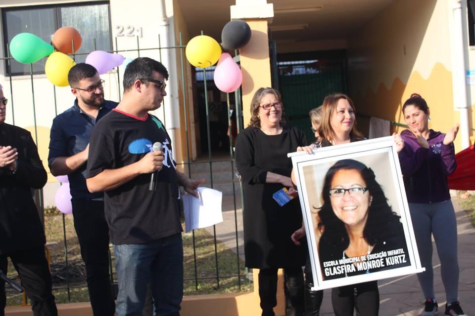 Familiares presentearam a EMEI com uma foto da professora homenageada / Foto: CCS / Divulgação / OA